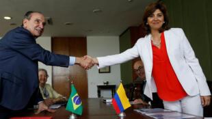 El Ministro de Relaciones Exteriores de Brasil, Aloysio Nunes Ferreira, saluda a su homóloga colombiana, María Ángela Holguín, durante una reunión en el Palacio Itamaraty en Brasilia, el 21 de febrero de 2018.