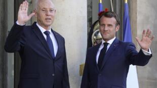 الرئيس الفرنسي إيمانويل ماكرون والرئيس التونسي قيس سعيّد في قصر الإليزيه في باريس يوم 22 يونيو 2020.