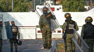 Des soldats de la garde nationale, le 25 février, à Bogota.
