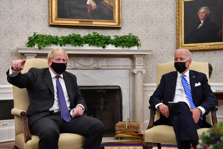 الرئيس الأميركي جو بايدن (يمين) مستقبلاً في المكتب البيضاوي بالبيت الأبيض رئيس الوزراء البريطاني بوريس جونسون في 21 أيلول/سبتمبر 2021.