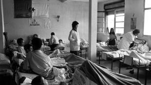 Un hôpital clandestin du FLN où étaient soignés les Algériens victimes des attentats de l'OAS à Alger, en 1962.