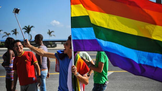Imagen de archivo. Un miembro de la comunidad LGBT en Cuba se hace una foto durante una marcha contra la homofobia. La Habana, Cuba, el 14 de mayo de 2016.