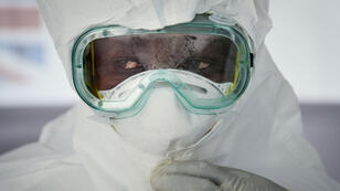 Un médecin s'entraîne à enfiler sa combinaison de protection contre le virus Ebola, le 12 décembre 2018, à Bwera, dans l'ouest de l'Ouganda.