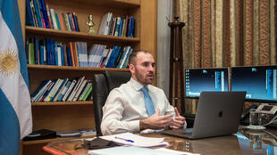 El ministro argentino de Economía Martín Guzmán participa en una videoconferencia desde su oficina en Buenos Aires, el 23 de junio de 2020