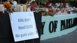 Une pancarte appelant à un contrôle plus strict des armes devant le lycée de Floride où a eu lieu la tuerie de mercredi 14 février.