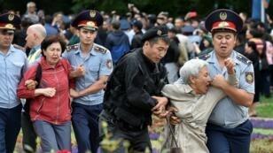 الشرطة الكازاخية توقف عددا من أعضاء المعارضة المحتجين على الانتخابات الرئاسية في العاصمة نور سلطان، في 9 يونيو/حزيران 2019.