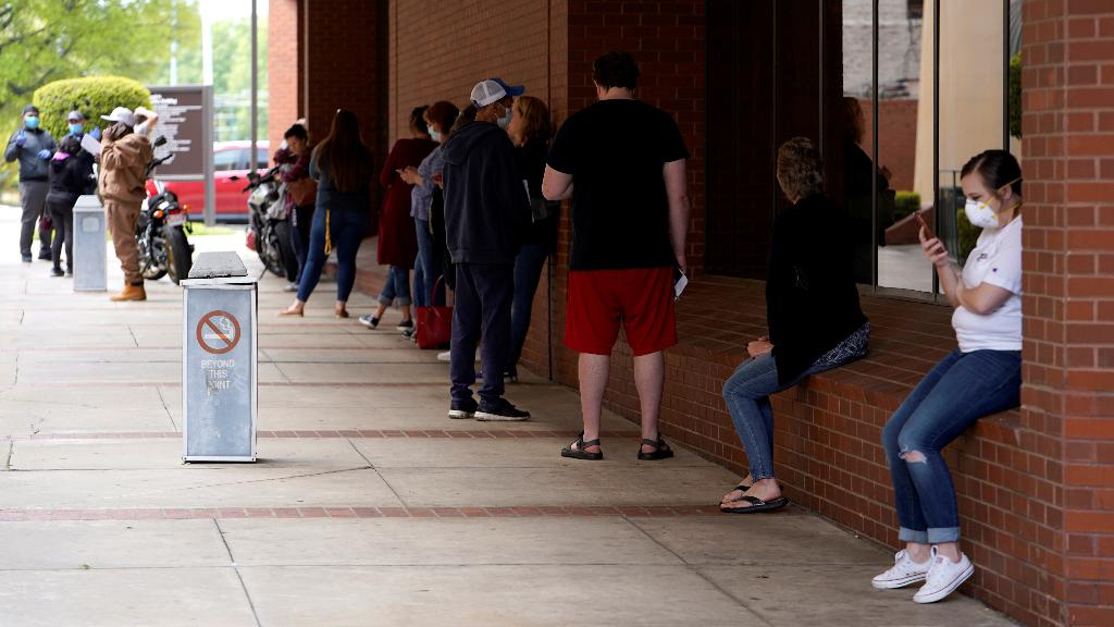 Más de 22 millones de estadounidenses han solicitado prestación por desempleo desde que iniciaron las restricciones de respuesta a la pandemia.