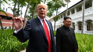 Kim Jong-un y Donald Trump se estrechan la mano al inicio de la cumbre.