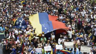 Partidarios del líder opositor venezolano y declarado presidente interino Juan Guaidó asisten a un mitin en San Antonio de los Altos, estado de Miranda, Venezuela, el 30 de marzo de 2019.