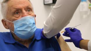 Un homme reçoit une dose du vaccin Pfizer contre le Covid-19, le 21 février 2021 à Sydney