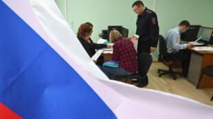 Funcionarios rusos de migración reciben y registran las solicitudes de pasaportes de los residentes de las regiones de Donetsk y Lugansk.