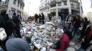 Des bouquets sont déposés devant l'immeuble de Charlie Hebdo après l'attentat du 7 janvier 2015.