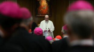 El Papa Francisco asiste a una reunión sinodal en el Vaticano, el 3 de octubre de 2018.