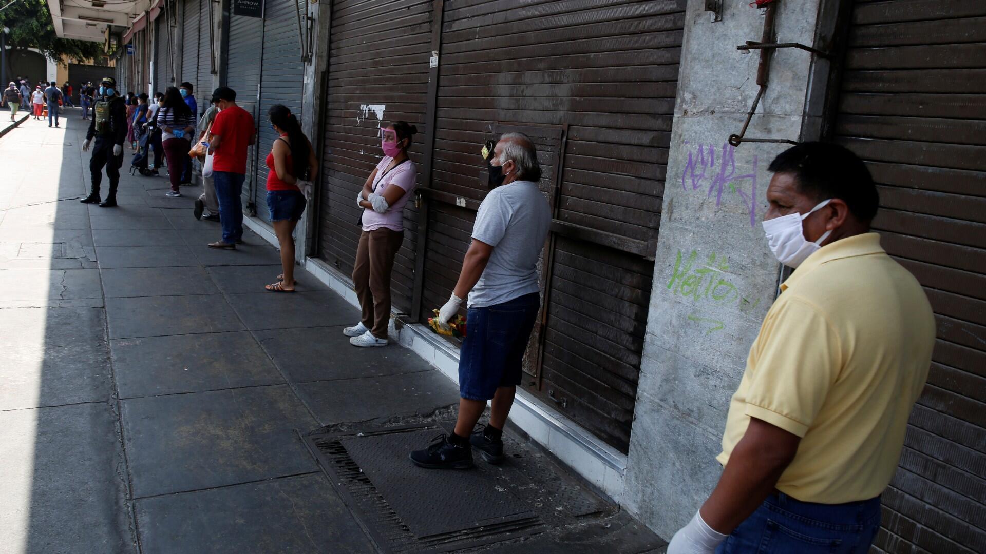 La gente espera a una distancia segura el uno del otro fuera del mercado central de Lima, ya que Perú extendió un bloqueo nacional en medio del brote de la enfermedad por coronavirus (COVID-19), en Lima, Perú, 8 de mayo de 2020.