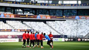Les joueurs de Monaco à l'entraînement sur la pelouse dub Matmut Atlantique.