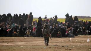 Une combattante des Forces démocratiques syriennes (FDS), près de l'enclave de Baghouz, à l'est de la Syrie