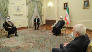 الرئيس الإيراني حسن روحاني (وسط) خلال استقباله وزير خارجيته محمد جواد ظريف (يمين) ونظيره القطري الشيخ محمد بن عبد الرحمن بن جاسم آل ثاني، في 15 شباط/فبراير 2021.