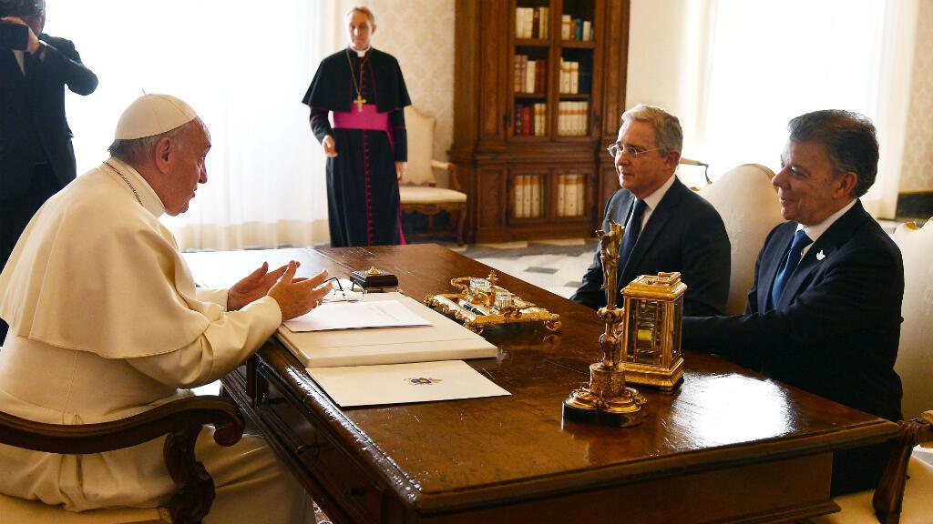 Le pape François a reçu le président colombien Juan Manuel Santos et son prédécesseur Alvaro Uribe, le 16 décembre 2016 au Vatican.