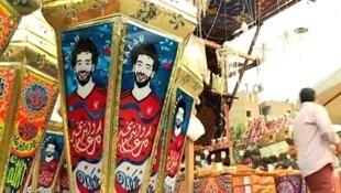 مصابيح عليها صور صلاح تباع في القاهرة.