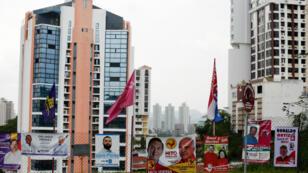 Los carteles políticos se ven antes de las elecciones generales en Ciudad de Panamá, Panamá, el 3 de mayo de 2019.