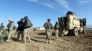 Des soldats américains qui entraînent des troupes irakiennes sur la base de Basmaya, le 27 janvier 2016.
