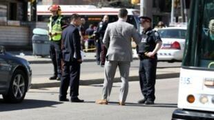 عناصر من الشرطة في أحد شوارع تورونتو بعد قيام سائق شاحنة بدهس عدد من المارة  في 23  نيسان/أبريل 2018