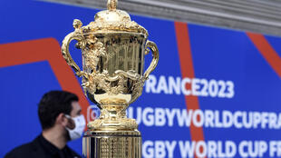 """Le trophée de la Coupe du monde de rugby est exposé, le 8 septembre 2020 à la gare de Lyon à Paris, à l'occasion de l'inauguration du """"We love 2023 tour"""", une tournée exposition en train à travers la France"""