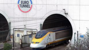 Un Eurostar sortant du tunnel sous la Manche, côté français.