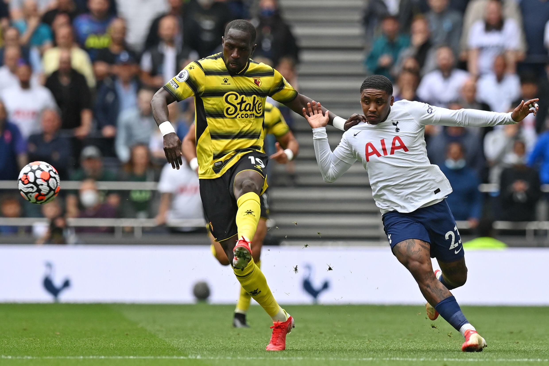Gelandang Watford asal Prancis Moussa Sissoko (kiri) bergulat dengan gelandang Tottenham asal Belanda Stephen Bergwijn pada 29 Agustus 2021 di London.