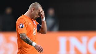 Wesley Sneijder, l'un des leaders des Pays-Bas, abattu sur la pelouse de l'ArenA Stadium