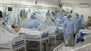 Des personnels soignants s'occupent de patients atteints du coronavirus à l'hôpital Gilberto Novaes de Manaus, le 20 mai 2020 au Brésil