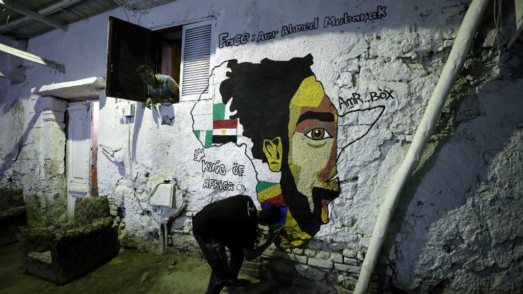 Un joven pinta un mural con el rostro del delantero egipcio Mohamed Salah en El Cairo, Egipto, el pasado 17 de junio de 2019.