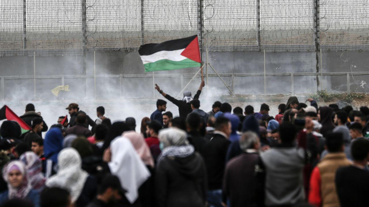 Des dizaines de milliers de Palestiniens se sont rassemblés, samedi 30 mars, vers la frontière israélienne dans la bande de Gaza.