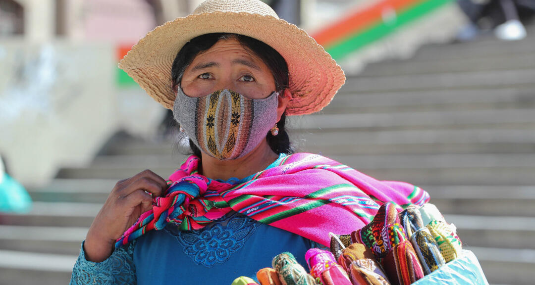 Una indígena boliviana posa con un tapabocas durante la pandemia de coronavirus. Imagen sin fecha.