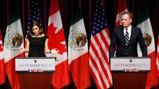 Chrystia Freeland, ministra de relaciones exteriores de Canadá y Robert Lightizer, representante de comercio de Estados Unidos, durante la tercera ronda de renegociación en Canadá.