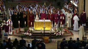 Le cercueil en bois du père Jacques Hamel posé sur un tapis devant l'autel de la cathédrale.