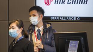Un homme portant un masque de protection près du temple Lama à Pékin, jeudi 13 février 2020.