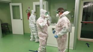 El personal médico del aeropuerto de Fiumicino en Roma se prepara para revisar a los pasajeros que llegan de Wuhan, China para detectar signos de coronavirus el 23 de enero de 2020.