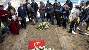 Personas visitan la tumba del poeta chileno Pablo Neruda