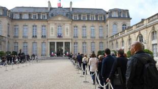 Des personnes font la queue, vendredi 27 septembre, dans la cour de l'Élysée pour rendre hommage à Jacques Chirac.