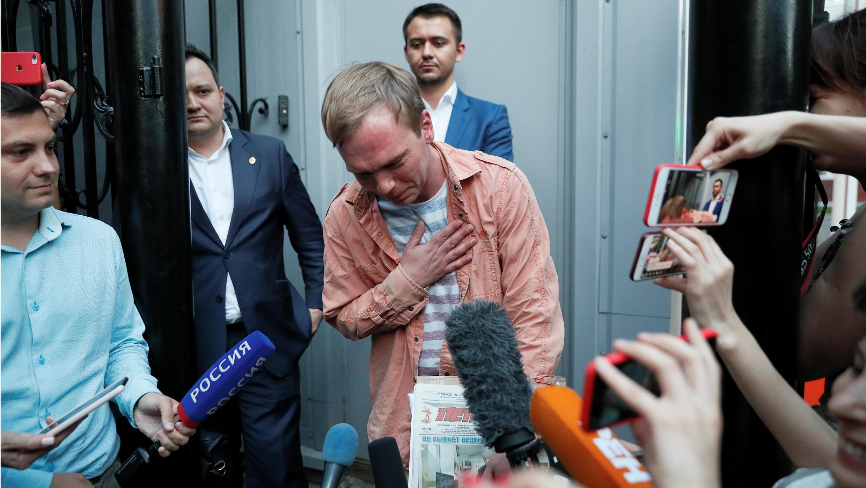 El periodista ruso Ivan Golunov, quien fue liberado de su arresto domiciliario luego de que la policía retirara abruptamente los cargos narcotráfico en su contra, emocionado al dirigirse a los medios de comunicación, al salir de la oficina de investigaciones criminales de la ciudad en Moscú, Rusia, 11 de junio de 2019.