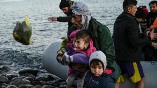 Refugiados y migrantes desembarcan en la isla griega de Lesbos el 2 de marzo de 2020
