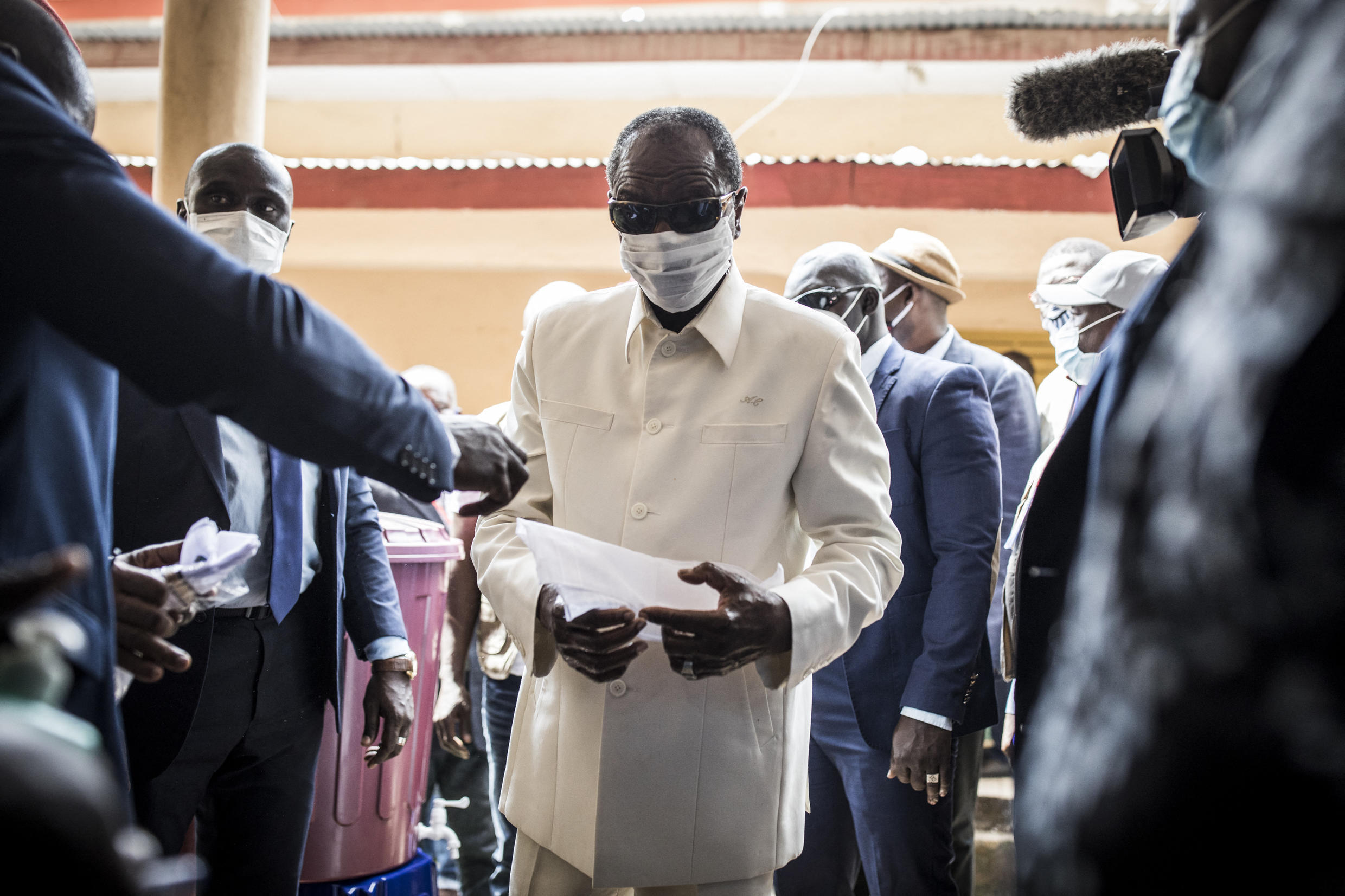 Guinean President Alpha Condé before voting in the presidential elections in Conakry on October 18, 2020.