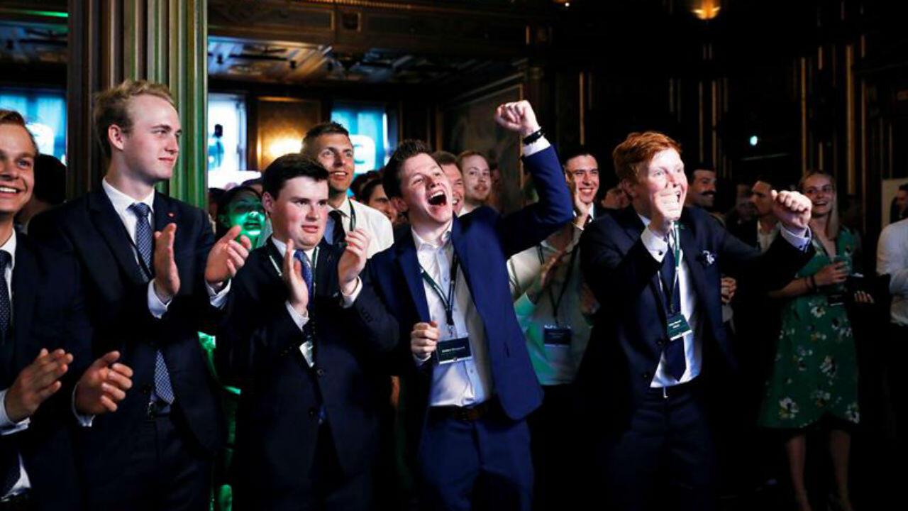 Miembros del Partido Conservador reaccionan a los resultados de los primeros sondeos de las elecciones generales, este miércoles, en Copenhague (Dinamarca).