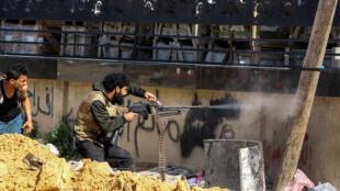 Un combattant allié au gouvernement d'union nationale tire sur les hommes de Khalifa Haftar dans la banlieue de Tripoli, le 10avril2019.