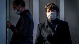 Dos personas con mascarilla el 5 de octubre de 2020 en una calle del centro de Moscú