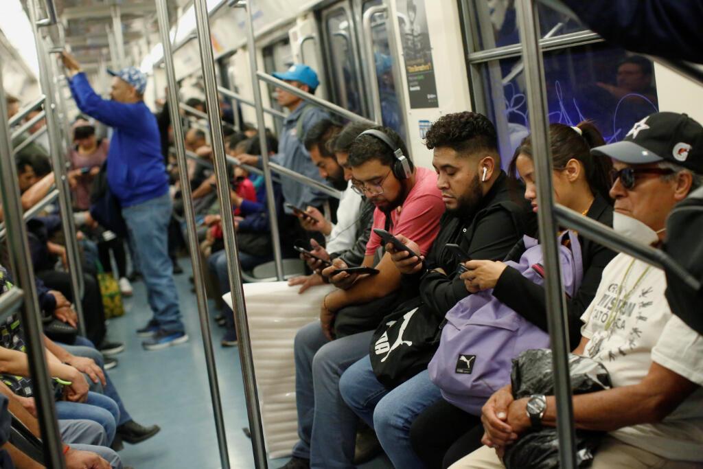 Los viajeros son vistos dentro de un metro mientras continúa el brote de la enfermedad por coronavirus (COVID-19), en la Ciudad de México, México, el 24 de marzo de 2020.