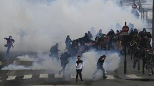 La police utilise canons à eau et gaz lacrymogènes pour disperser les manifestants à Nantes, samedi 14 avril 2018.