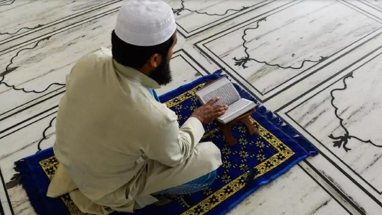 مسلم يقرأ القرآن في أحد مساجد العاصمة الهندية نيودلهي. 4 مايو/أيار 2020.