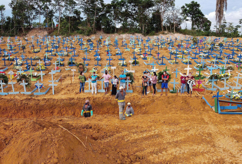 Fotografía aérea que muestra un entierro que en una zona donde se han desenterrado nuevas tumbas en el cementerio de Nossa Senhora Aparecida en Manaus, en la selva amazónica del Brasil, el 22 de abril de 2020.